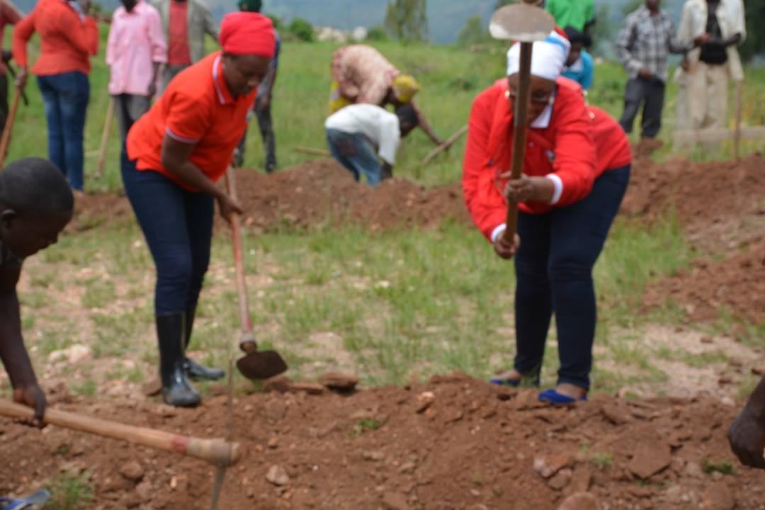 Gitifu w'umurenge wa Mageragere mugikorwa cy'umuganda bubaka ibyumba by'amashuri bayobowe ma Meya Nzaramba[photo ingenzi]