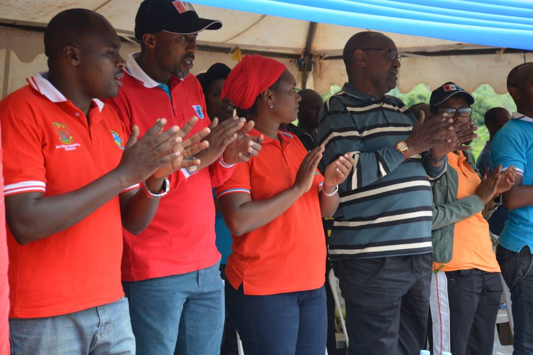 Perezida wa FPR mu karere ka Nyarugenge Meya Nzaramba hamwe na Visi perezida Kalisa basuhuza abanyamuryango[photo ingenzi]